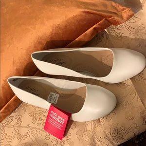 Shoes - De flex Comfort white small heel size 10 WIDE